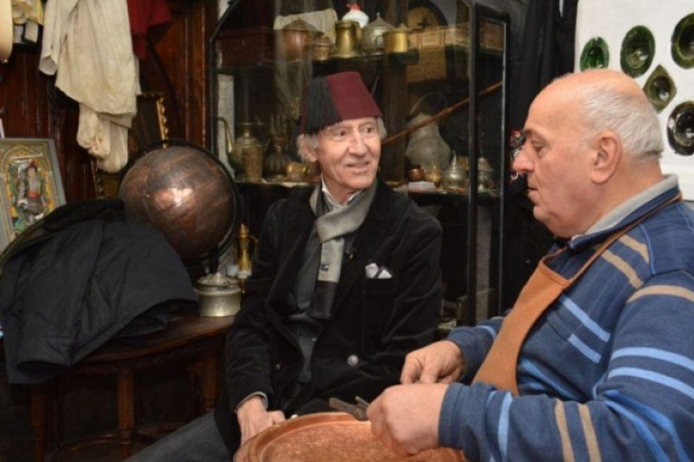 (FOTO) ODLIČNO MU STOJI: Ljubiša Samardžić na Baščaršiji sa fesom na glavi!