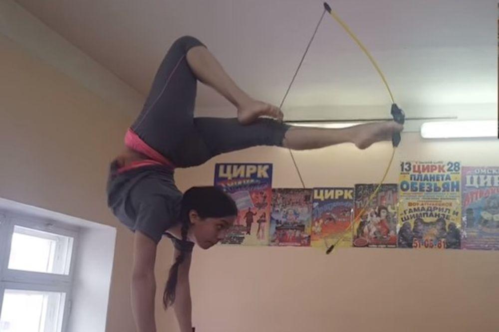 (VIDEO) RUSKINJA OD GUME: Ova devojka obara rekorde u malo drugačijem streličarstvu!