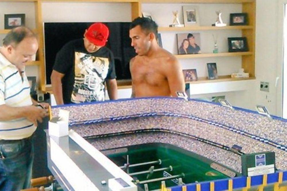 (FOTO) BOMBONJERA U DNEVNOJ SOBI: Tevez definitivno ima najbolji sto za stoni fudbal na svetu!