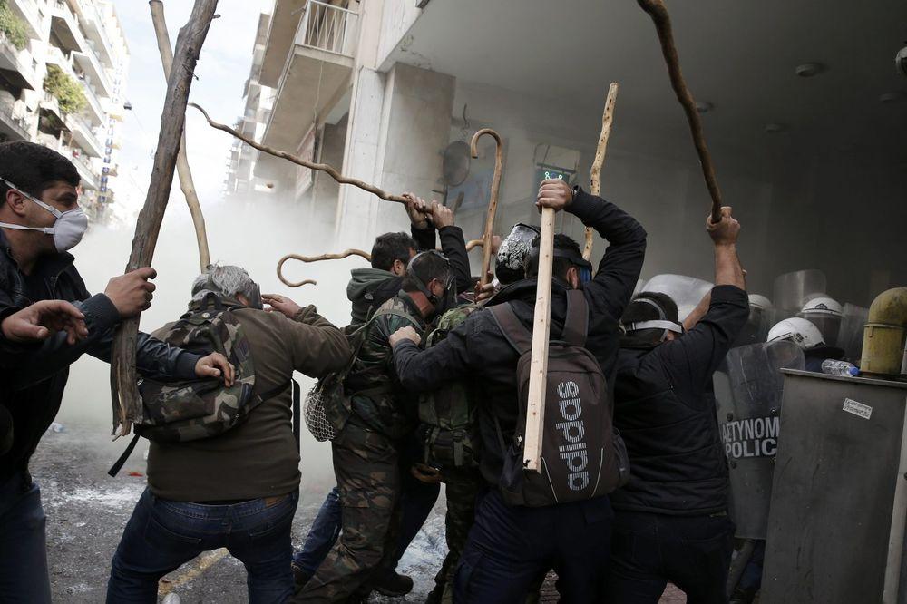 (VIDEO) JURIŠ SELJAKA NA MINISTARSTVO U ATINI: Policija suzavcem rasteruje razjarene demonstrante!