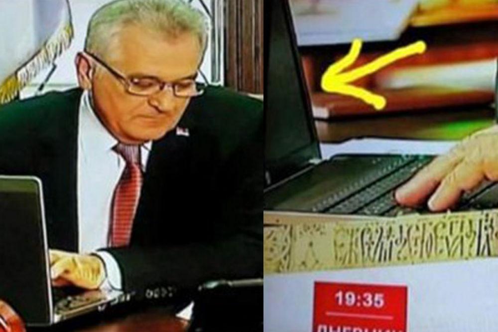 (FOTO) TOMO, CRN TI EKRAN! Predsednik se sit nakucao po isključenom laptopu