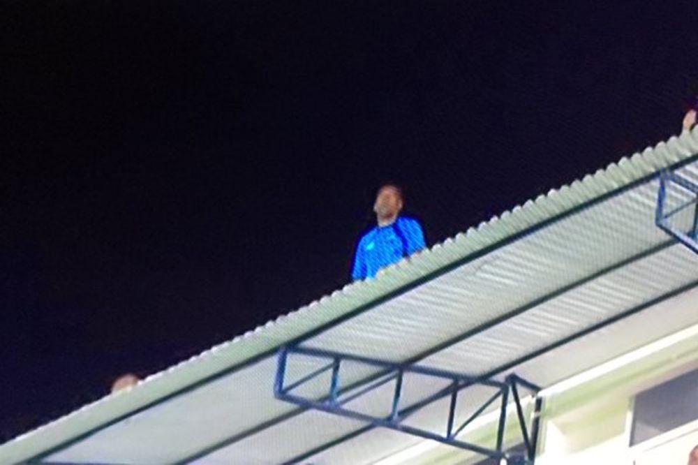 (VIDEO) NADMAŠIO MURINJA: Trener nakon isključenja izašao sa stadiona i ovako nastavio da vodi tim