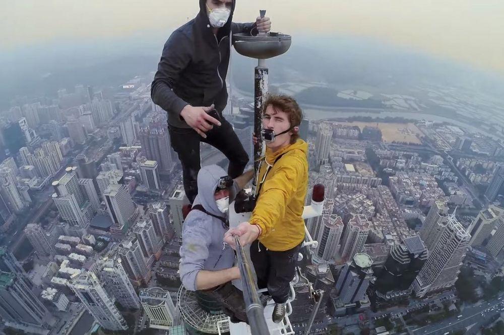 (VIDEO) IZMEĐU HRABROSTI I LUDILA: To što su uradili na vrhu kineskog nebodera nije normalno!