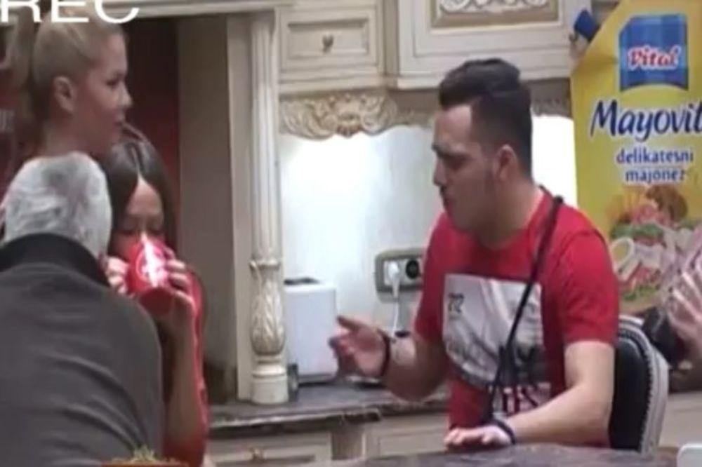 (VIDEO) POSLE SVAĐE SVE JE SLAĐE: Gastoz pljuvao Macu, pa je pipako po guzi