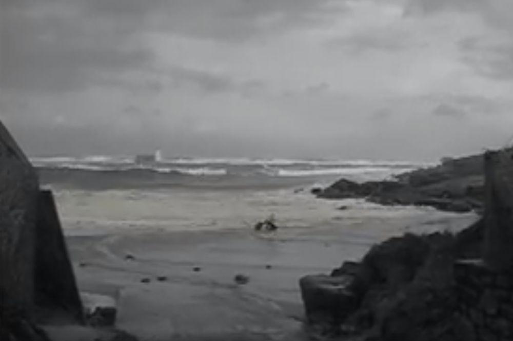 (VIDEO) JEZIVA DRAMA NA ATLANTIKU: Zagazili u okean, a onda je u sekundi usledila borba za život!