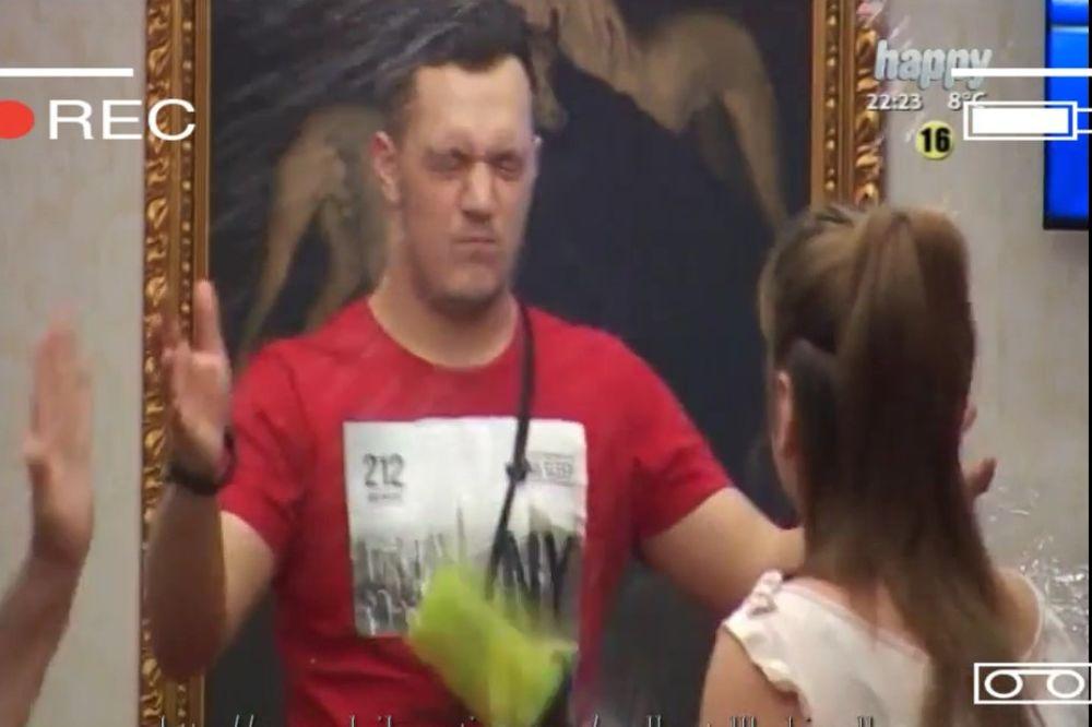 (VIDEO) MILJANA VAN KONTROLE: Gastoza polila kafom, pa ga gađala flašom!