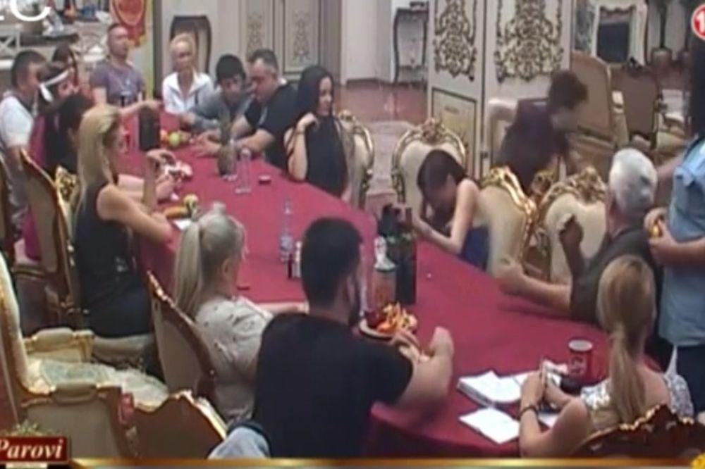 (VIDEO) PREKINUT PROGRAM U PAROVIMA: Matora upozorila pa skočila da bije Ružicu!