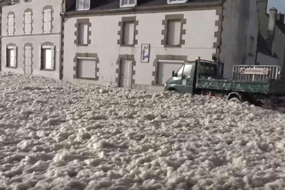 (VIDEO) KAO OGROMNA VEŠ MAŠINA: Francuski gradić skroz prekrila pena!