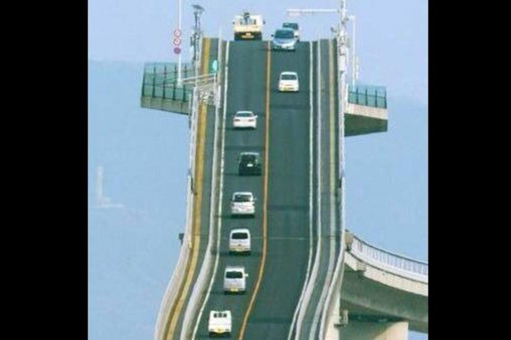 (VIDEO) JAPANSKI ROLERKOSTER: Most preko kojeg prelaze samo najhrabriji vozači