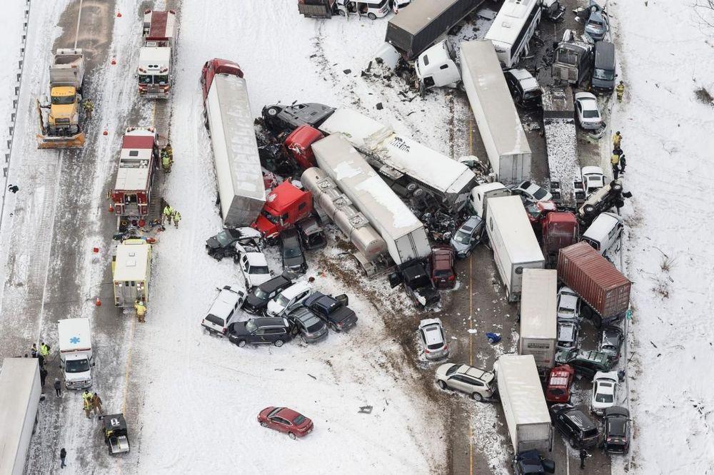 (FOTO, VIDEO) VOZILA LETELA PO PUTU: Lančani sudar 50 automobila, ima poginulih!
