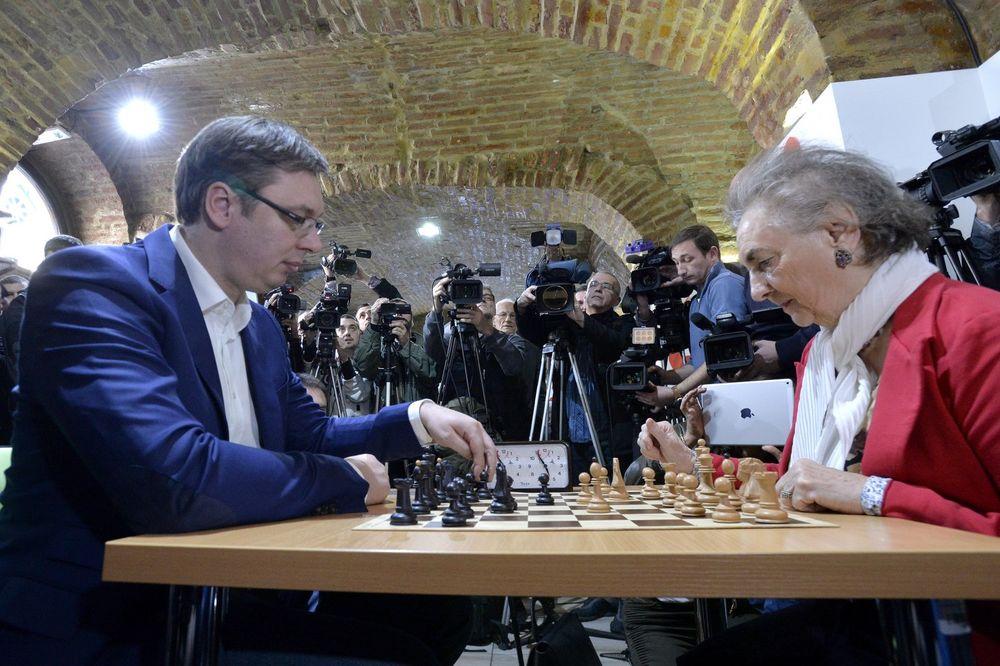VUČIĆ U DOMU PENZIONERA: Odigrao partiju šaha pa baki poklonio ružu
