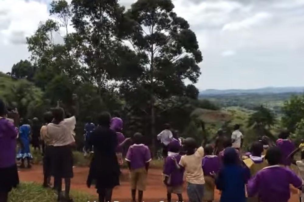 (VIDEO) RADOSTI NIKAD KRAJA: Ovako su deca Ugande reagovala kada su prvi put videla dron