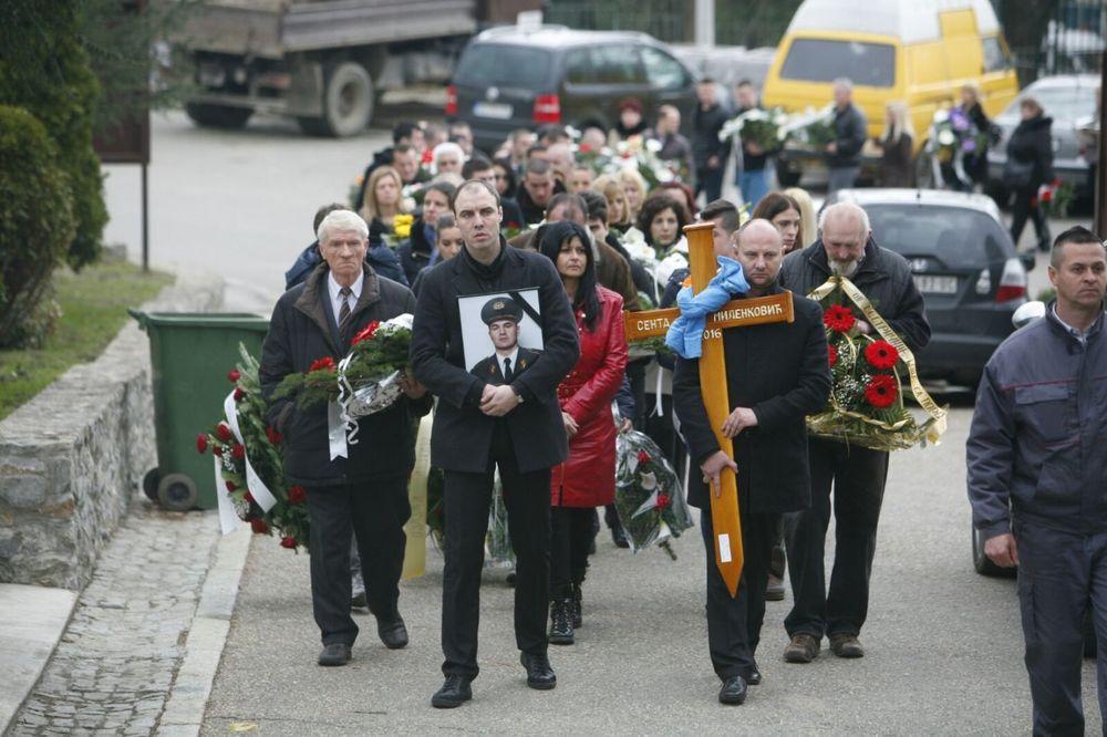 (FOTO) SAHRANJEN MILOŠEVIĆEV TELOHRANITELJ: Od Sente se oprostili Šainović, Kertes, Veselin Milić...