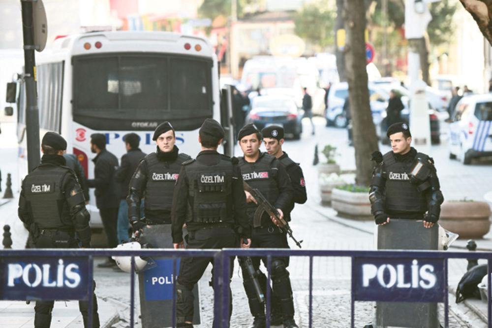 (VIDEO) EKSPLOZIJA U ISTANBULU: Raznesen automobil u blizini vojnih baraka, povređeno 5 ljudi