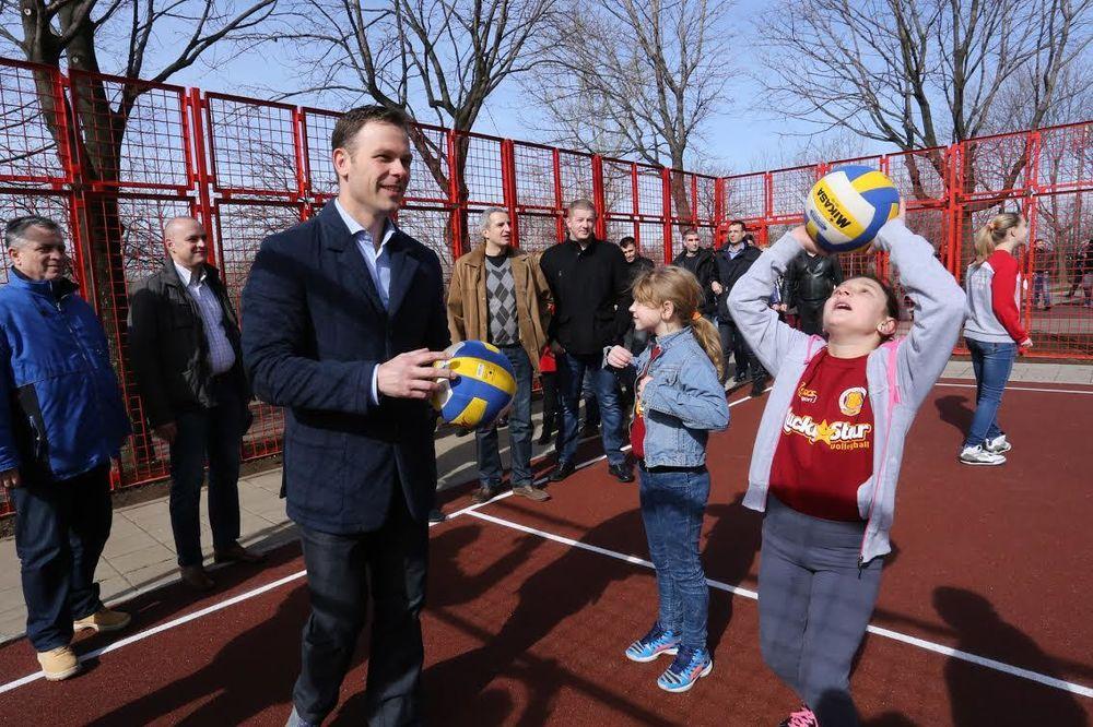 (FOTO) RADOST MALIŠANA U NASELJU RUDO: Mali i Mladenović obišli dva obnovljena igrališta
