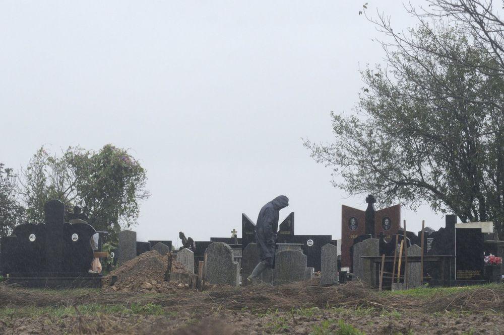 OČAJNI ZBOG NEISPLAĆENIH ZARADA: Niški grobari iz protesta spavaju u sveže iskopanim rakama