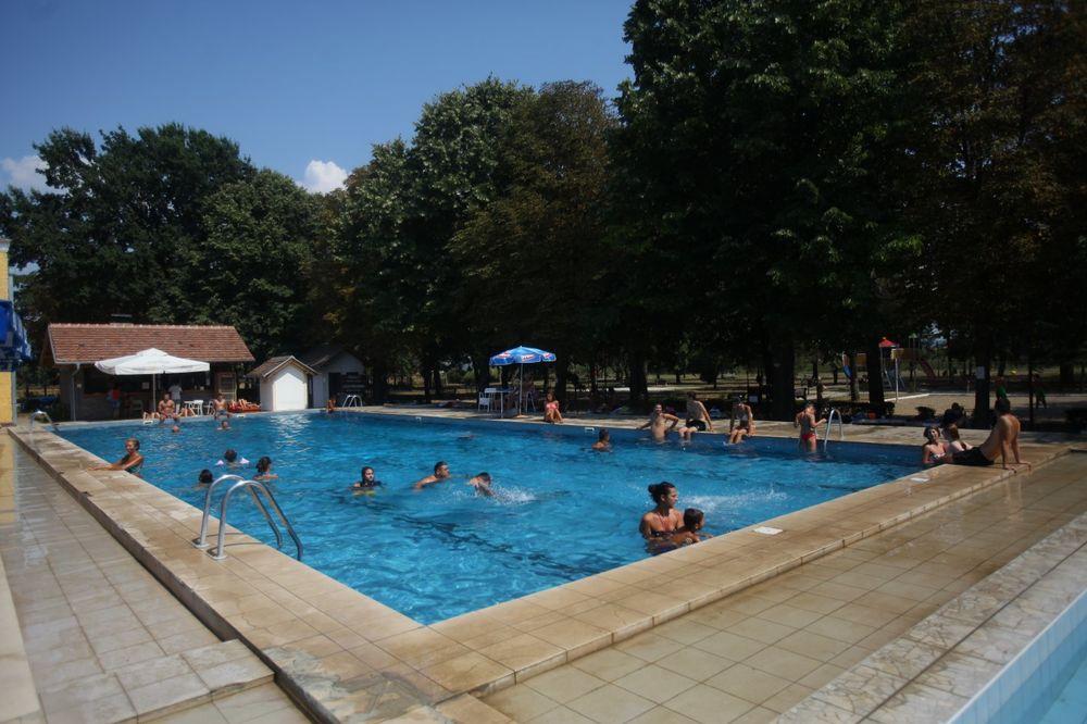 TORBA PORED PUTA: Studenti iz Smederevske Palanke pošli na bazen, a onda našli kofer pun para