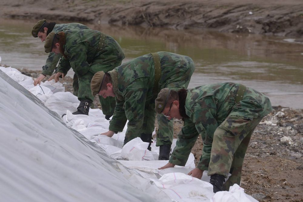 poplave, Vojska Srbije, nasip, bedem, džakovi, pesak Foto Ministarstvo odbrane S