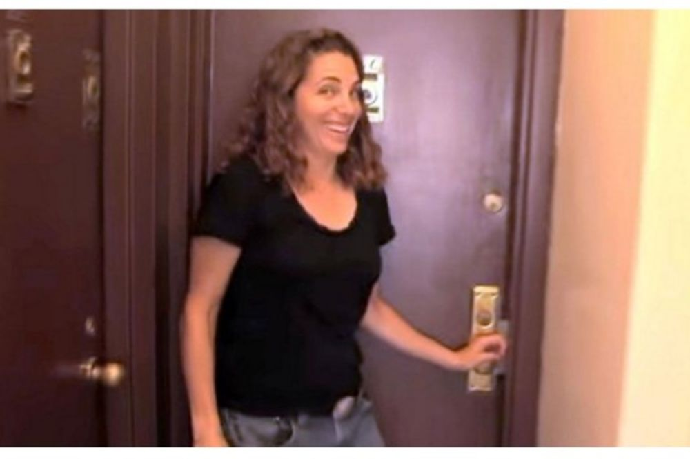 (VIDEO) NJEN STAN IMA SAMO 8 KVADRATA! Kada otvori vrata, šokiraćete se načinom na koji živi!