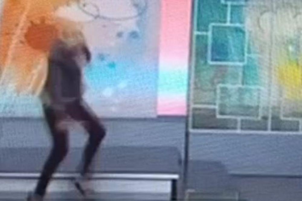 (VIDEO) CAKANA POČISTILA PATOS UŽIVO: Pogledajte kako je iskrenula nogu i pala sa scene