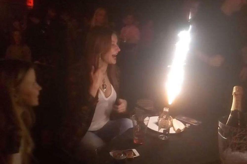 (FOTO) VODITELJKA NAPUNILA 47 GODINA: Evo uz koju pesmu je SNEŽANA DAKIĆ proslavila rođendan