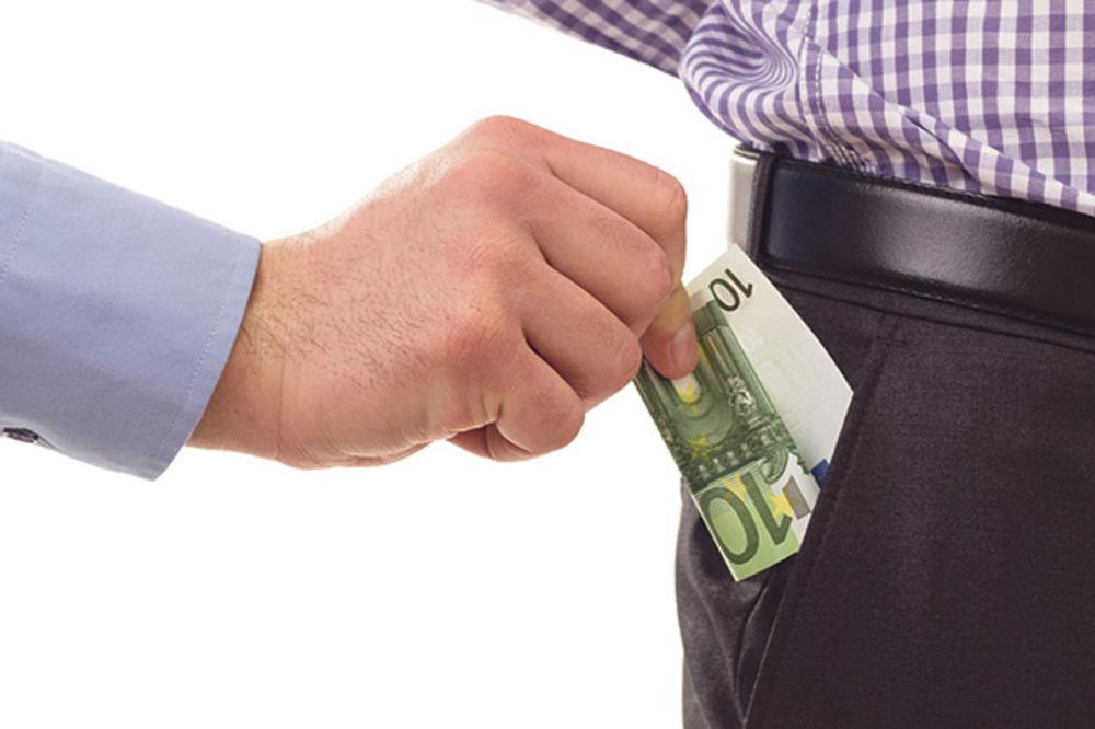 UZIMAO 1.000 EVRA DA OMOGUĆI INVALIDSKU PENZIJU: Veštak iz PIO fonda uhvaćen na delu