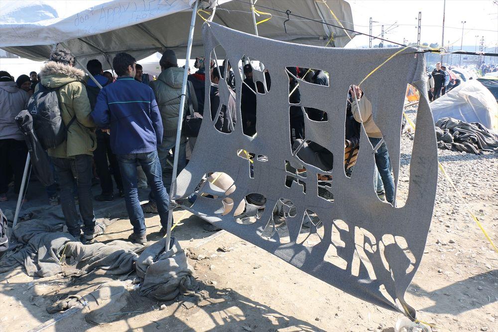 NESREĆA U IDOMENIJU: Preminuo izbeglica koga je udario policijski kombi