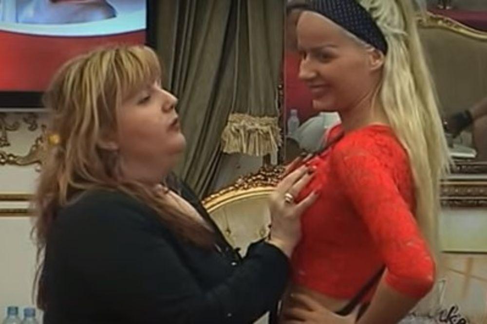 (VIDEO) MUŠKARSI SU SE PREZNOJAVALI DOK SU IH GLEDALI: Simonida pipkala Atinu po grudima i guzi