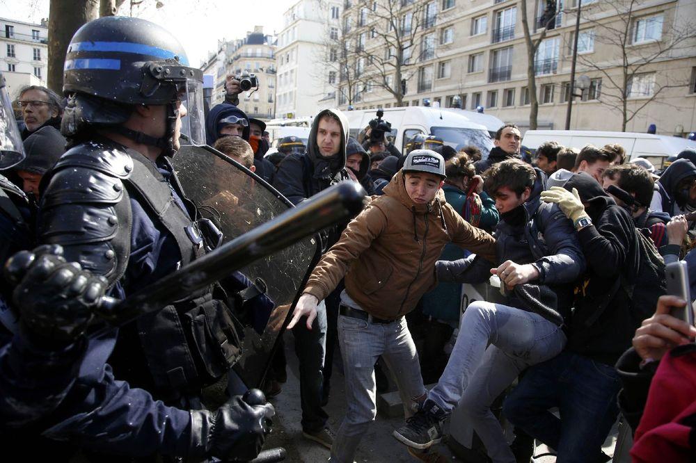 PROTESTI U FRANCUSKOJ SE OTIMAJU KONTROLI: Sindikati pozivaju na oštrije demonstracije!