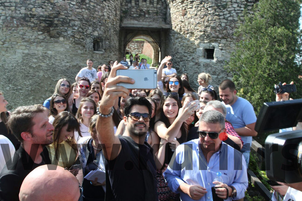 (KURIR TV) BALI-BEG STIGAO NA KALEMEGDAN: Odmah napravio selfi sa obožavaocima