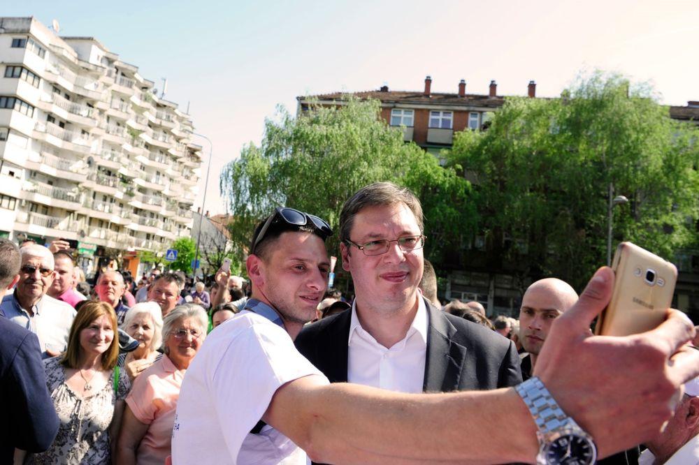 ALEKSINAČKI SELFI: Mladić iskoristio priliku da se slika s Vučićem