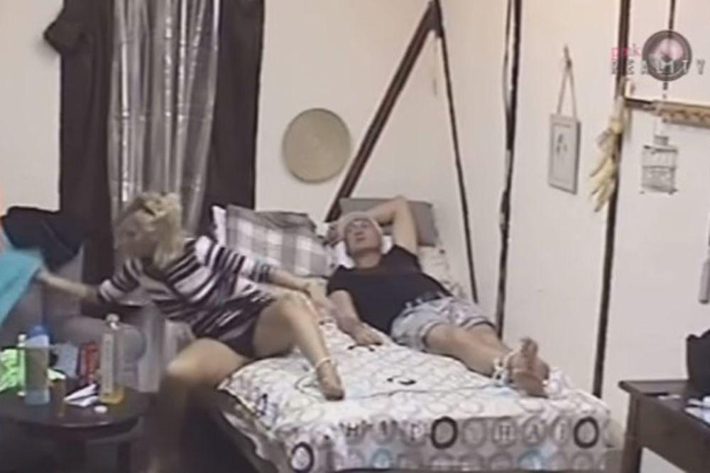 (VIDEO) JELENA GOLUBOVIĆ POKAZALA SVE: Sa Mikijem u krevetu sevale gaćice