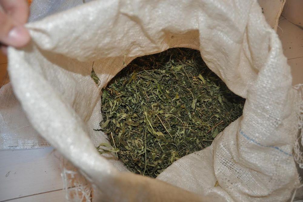 RUMA:Policija kod gosta kafane pronašala 11 paketića marihuane
