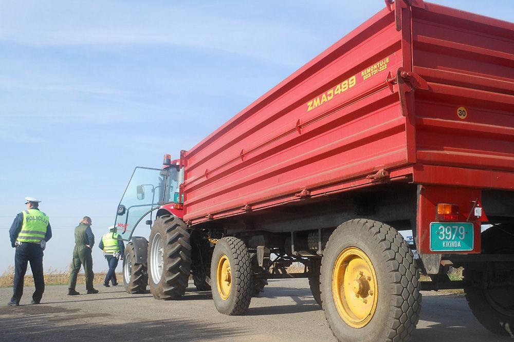 POVREĐENO SEDAM BERAČA: Prevrnula se prikolica zakačena za traktor