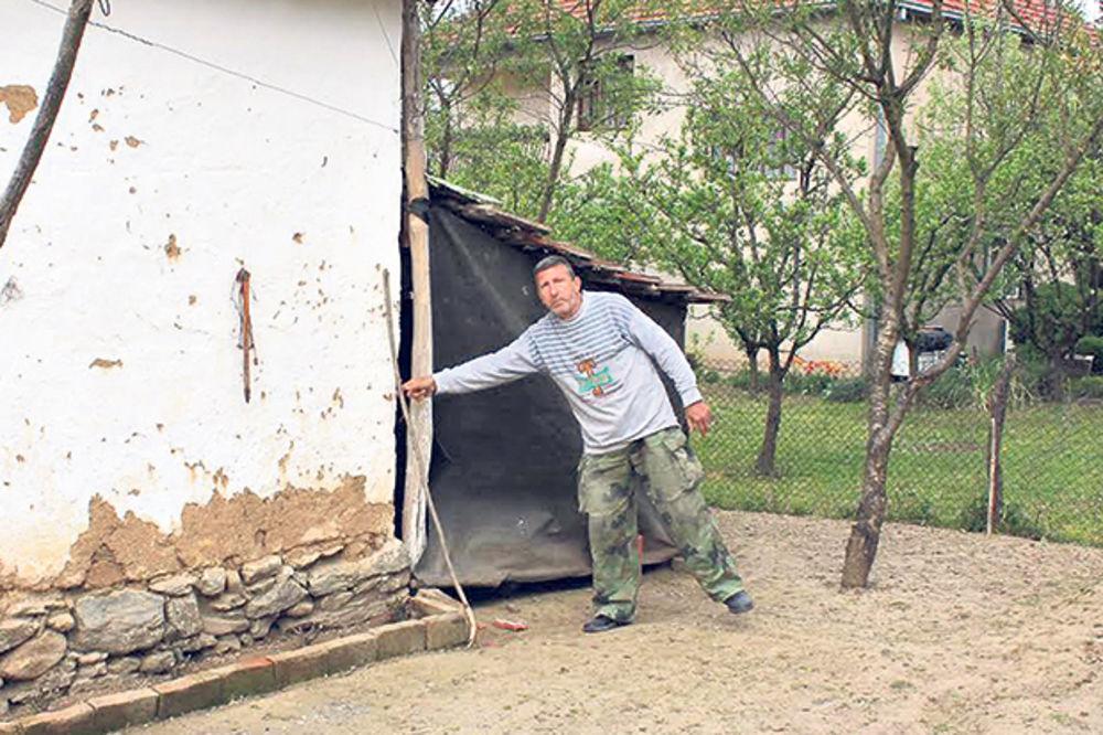 Oterao krvnika motkom... Dragoslav Mišić uspeo da se odbrani u prvom napadu kada je Ilić napao nožem