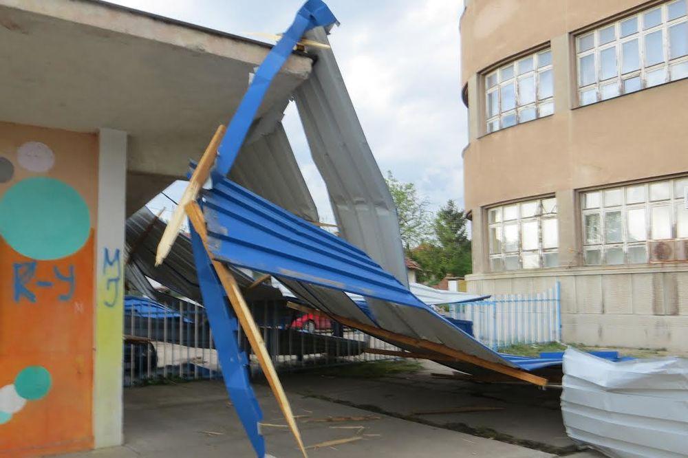 NEVREME U NIŠU: Oluja odnela krov škole, uništena 3 vozila, 400 učenika bilo na nastavi