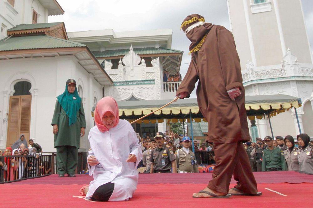 KAZNA ZA PRODAVANJE ALKOHOLA: Hrišćanku javno išibali u Indoneziji