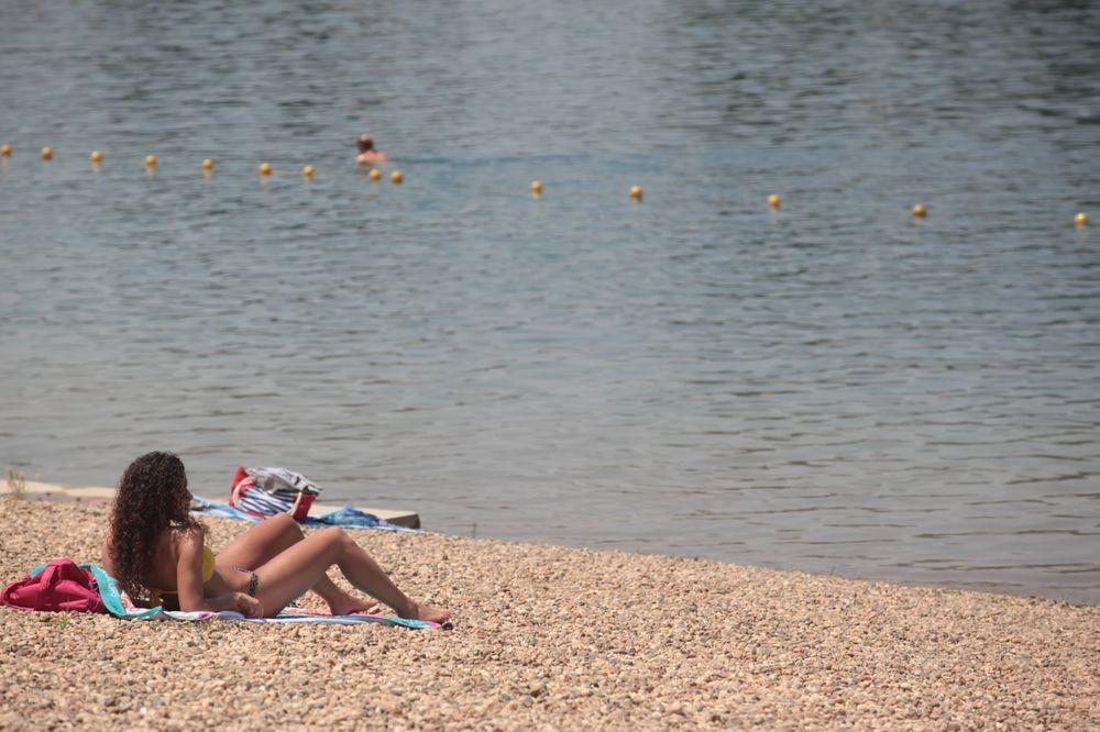 PRIZOR ŠOKIRAO KUPAČE: Mrtve ribe plutaju po Adi, ali evo zašto je to dobro!