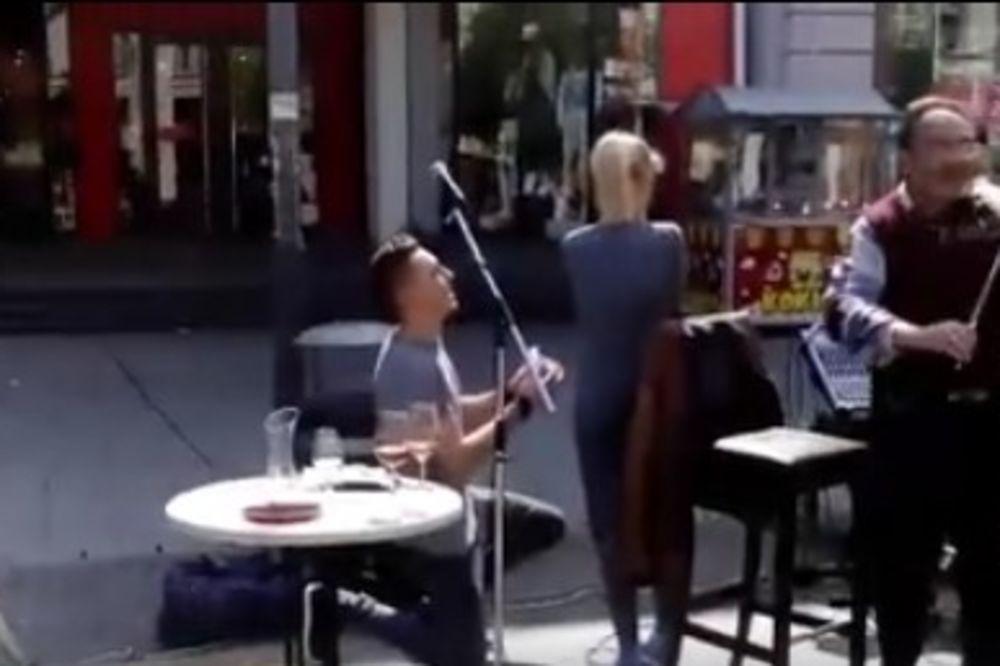 (VIDEO) UVEK JE VREME ZA ROMANTIKU: Prosidba u centru Zrenjanina, a devojka je rekla...