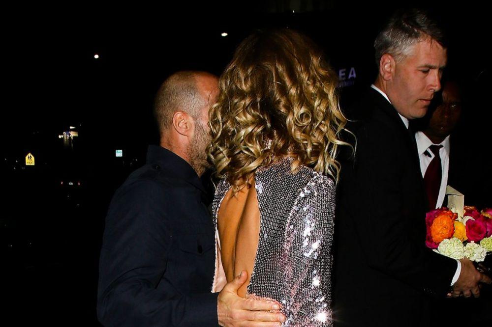 (FOTO) POPILA ČAŠICU VIŠE: Kraljica modne piste se odvalila od alkohola, držali je da ne padne