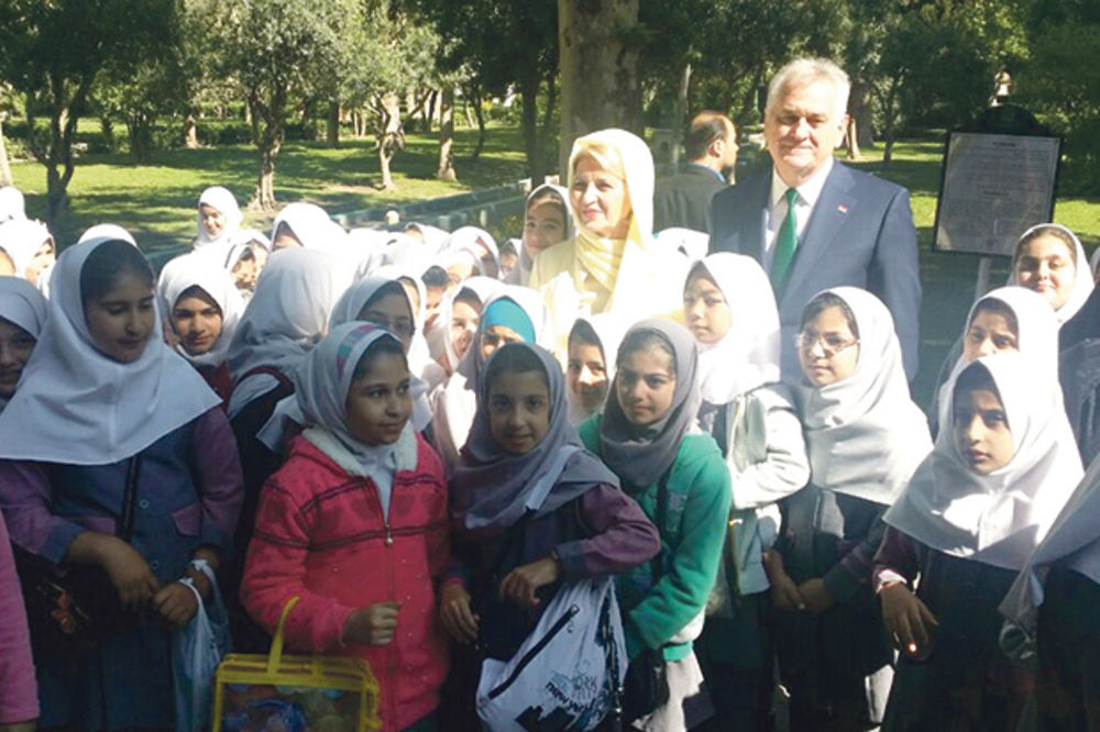 NAUČILA MAJINU LEKCIJU: Dragica Nikolić nabacila moderan hidžab