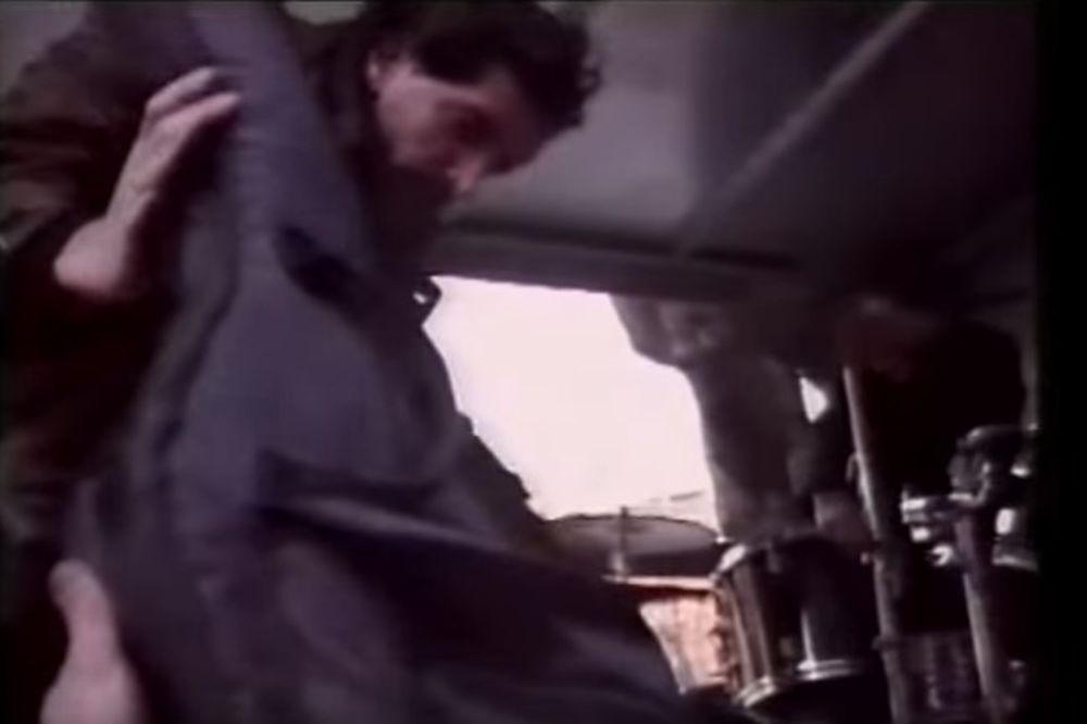POSLE 24 GODINE PUŠTEN CELI SNIMAK: Kako su rok heroji 1992. iz kamiona prašili protiv rata