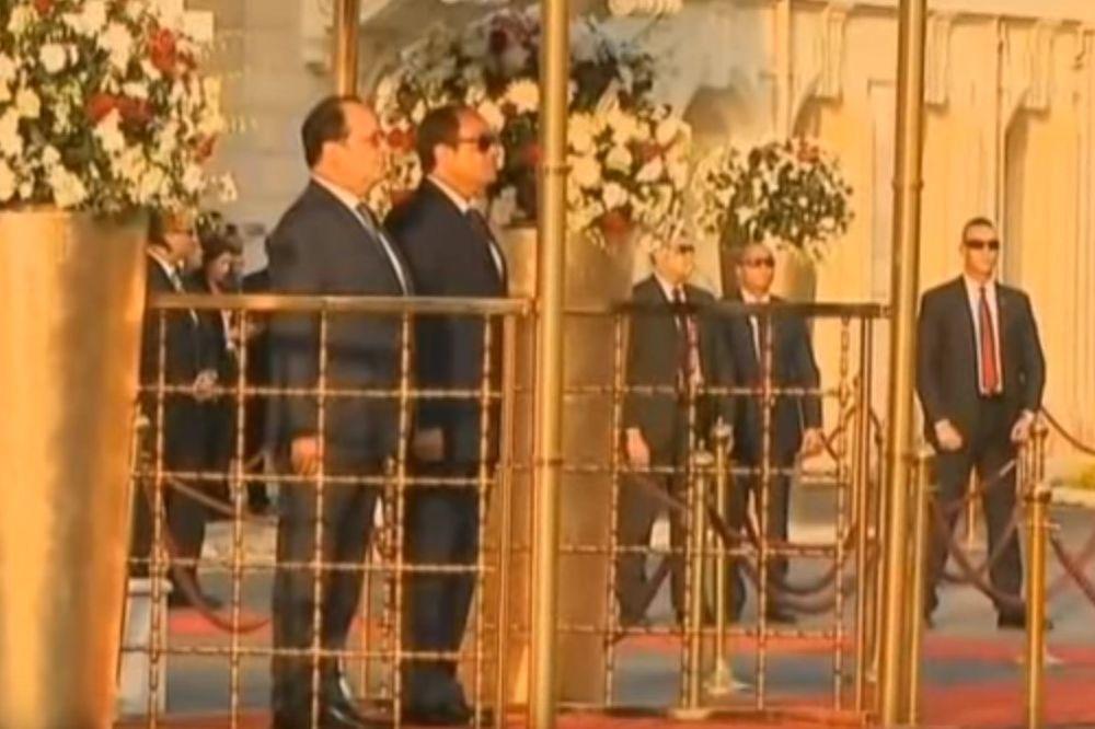 KAZNA ZA UŠI: Egipatski vojni orkestar katastrofalno odsvirao Marseljezu, Oland stoički izdržao