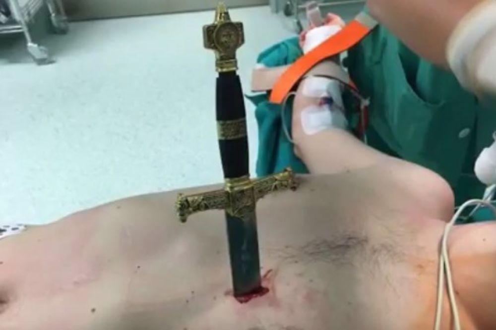 (UZNEMIRUJUĆI VIDEO) OŠTRICA MU PROŠLA PORED SRCA: Objavili snimak kako vade mač pacijentu iz grudi