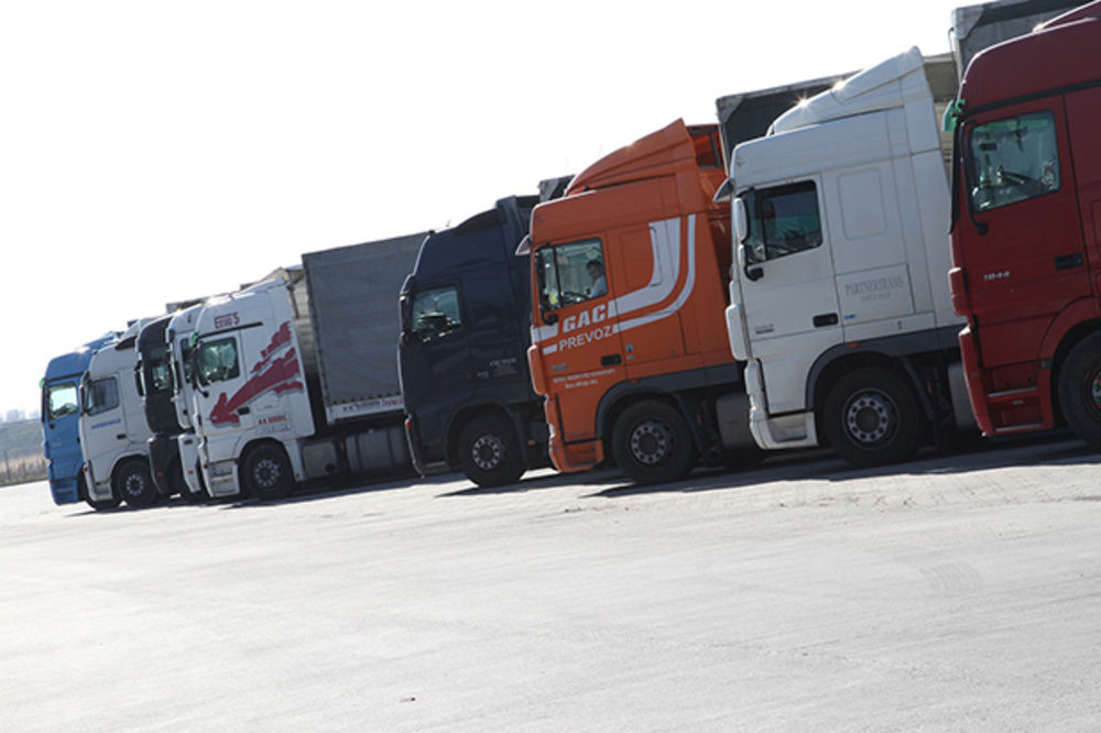 Obustavljen teretni saobraćaj na tri prelaza ka BiH
