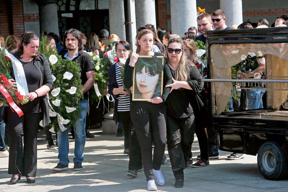 Jelena Krsmanović sahranjena je na groblju Zbeg u belom kovčegu, a pratnji je prisustvovalo više stotina ljudi