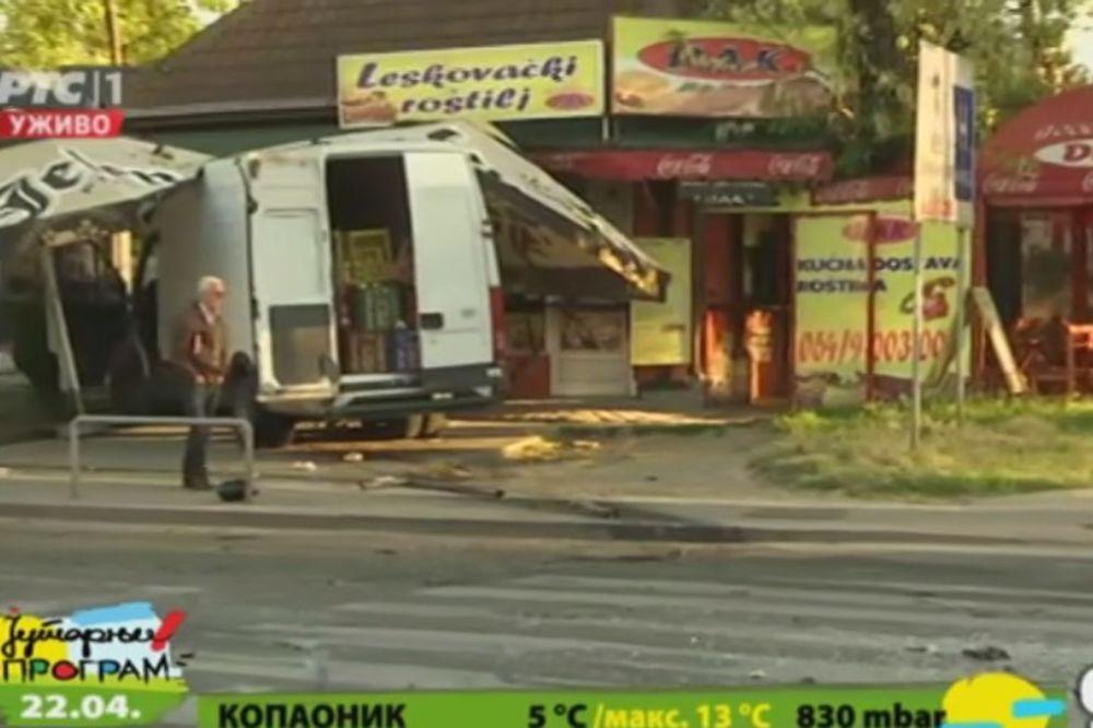 (FOTO) SUDAR U ZORU NA LINIJI 708 Kombi uleteo u kiosk brze hrane posle sudara s gradskim autobusom!