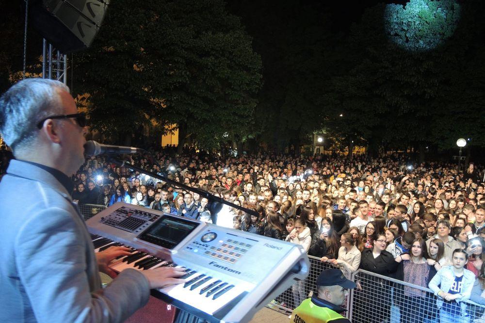 (FOTO) ŽURKA NA TRGU: Ovako je Saša Matić razgalio 10.000 Kikinđana!