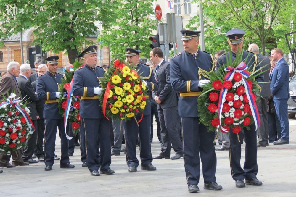 POLOŽENI VENCI NA SPOMENIK PALIM BORCIMA: Obeležen dan Banjaluke