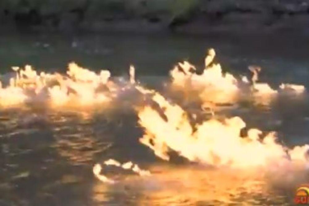 (VIDEO) APOKALIPTIČAN PRIZOR U AUSTRALIJI: Reka Kvinslend gorela sat vremena!